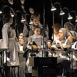 Kátja Kabanová_Gundula Hintz, Lotta Yilmaz, Chor des Staatstheater Mainz_c_Andreas Etter
